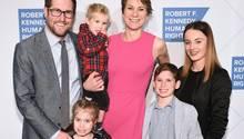 Maeve Kennedy Townsend McKean und ihr MannDavid McKean mit den gemeinsamen Kindern