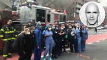 New York rückt zusammen: Die Feuerwehr und Krankenwehr applaudieren sich gegenseitig während der Corona-Krise.