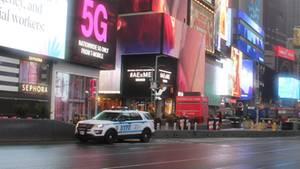 Ein New Yorker Polizeiwagen steht am verlassenen Time Square
