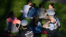 Polizeibeamte kontrollieren auf der Karlshöhe in Stuttgart