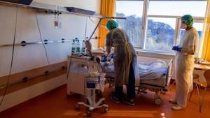 Wie hier auf derIsolierstation im Klinikum Schwerin müssen Ärzte und Pfleger immer mehr Patienten in Deutschland behandeln