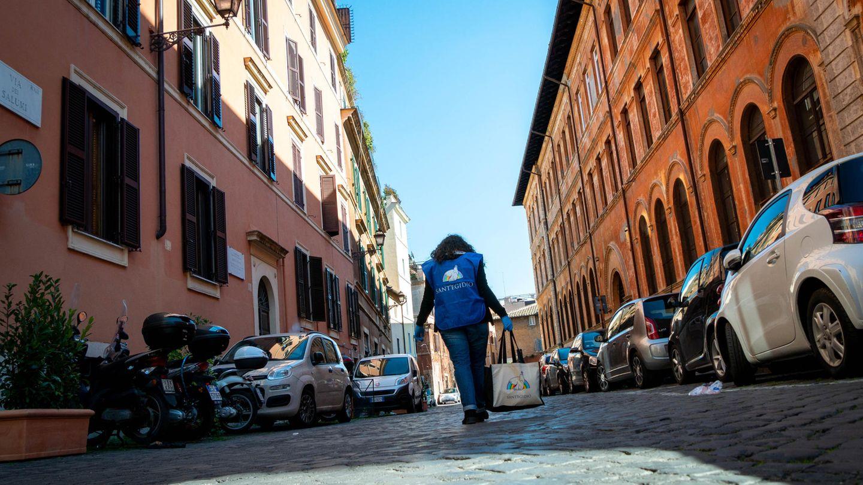 Eine Helferin vonSant'Egidio auf dem Weg zu einer alleinstehenden Seniorin