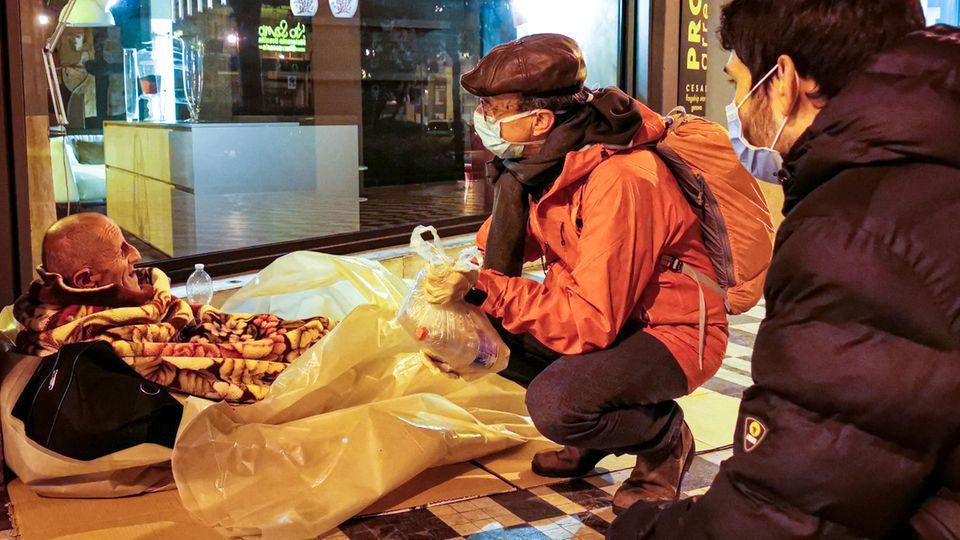 Lebensmittel und Anteilnahme für einen Obdachlosen: Die Helfer vonSant'Egidio arbeiten freiwillig und ohne Bezahlung