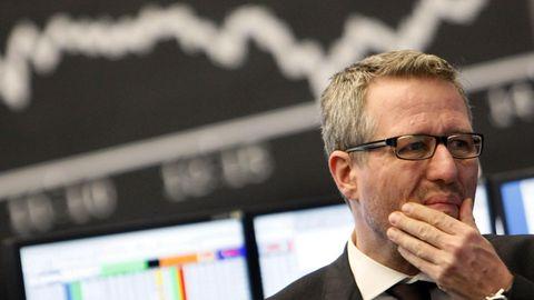 Ein Händler steht an der Börse vor der Dax-Kurve – das Coronavirus setzt der Weltwirtschaft zu
