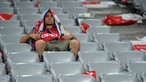 Bayern-Fan auf leerer Tribüne