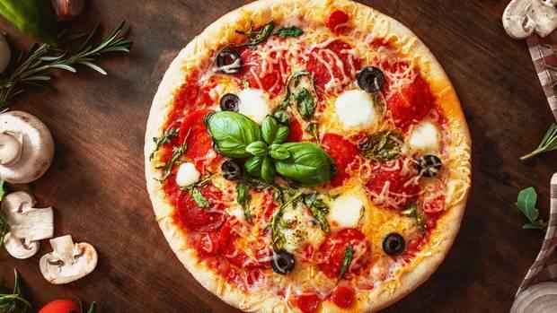 Heiße Pizza mit Salami mit Gemüse