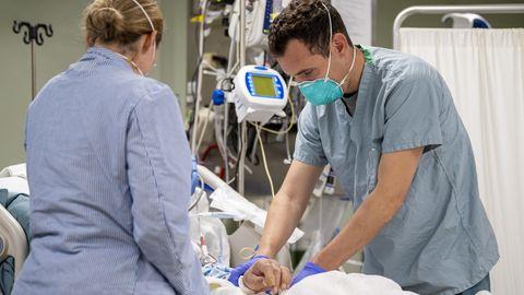 Medizinisches Personal behandeln Patienten mit Mundschutz