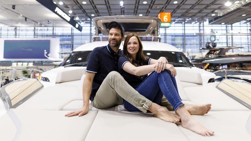 Ein Pärchen posiert auf einer Yacht – für viele der Inbegriff von Reichtum und Luxus.