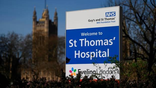 Ein Schild weist auf das St Thomas Hospital in London hin