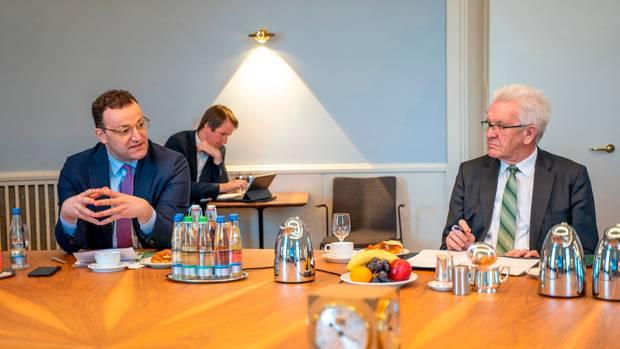 BundesgesundheitsministerJens Spahn (l., CDU)sitzt bei einer Videokonferenz mit Mitgliedern des Kabinetts von Baden-Württemberg zusammen mit Ministerpräsident Winfried Kretschmann(r., Grüne)