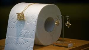 Köln: Schmuck wird im Schaufenster des Ateliers einer Goldschmiede zusammen mit Toilettenpapier zur Deko präsentiert.