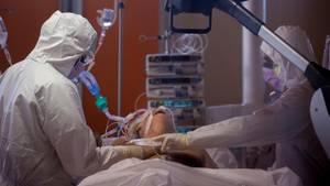 Coronavirus: Ärzte versorgen einen Patienten mit Covid-19