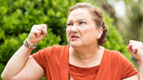 Eine Frau macht eine wütende Geste