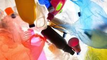 Ohne Plastik wäre die heutige Welt nicht vorstellbar, doch der an sich segensreiche Stoff ist in der Umwelt eine Katastrophe. Recycling ist eine Möglichkeit, den Stoff von der Natur fernzuhalten. Damit das besser funktioniert, ist jedoch nicht nur die Industrie gefragt.