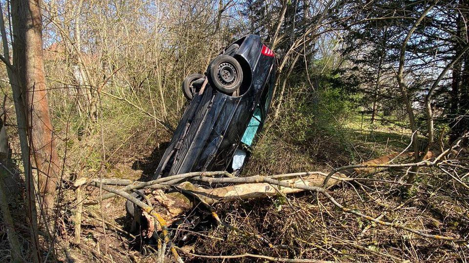 Nachrichten aus Deutschland: Ein Auto steht kopfüber in einem Graben