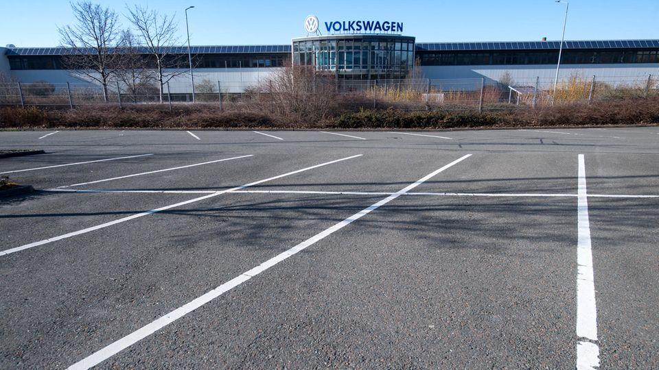 Kein Auto steht auf dem Werksparkplatz von Volkswagen in Chemnitz. In den drei sächsischen VW-Werken stehen die Bänder still