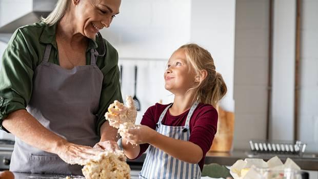 Mutter und Tochter backen Brot