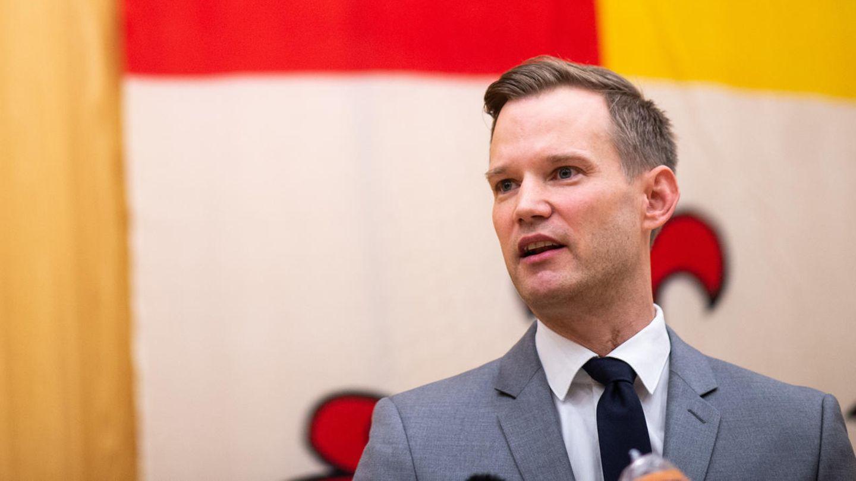 Hendrik Streeck, Direktor am Institut für Virologie im Universitätsklinikum Bonn, spricht auf einer Pressekonferenz in der Kreisverwaltung Heinsberg.