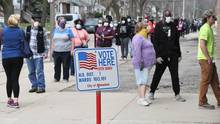 Milwaukee, Wisconsin: Menschen stehen vor einem Wahllokal in der Schlange.