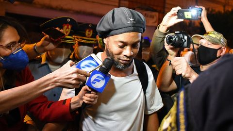 Ronaldinho bei der Ankunft in einem Hotel umringt von Reportern