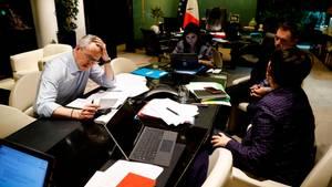Der französische Wirtschafts- und Finanzminister Bruno Le Maire (l.) telefoniert in der Nacht mit seinem deutschen Amtskollegen
