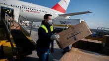 Lieferungen aus China werden aus einem Flugzeug geladen