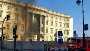 Die Berliner Feuerwehr rückte sofort mit mehreren Einsatzwagen zum Stadtschloss aus.