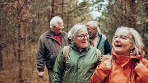 Ältere Menschen machen Sport