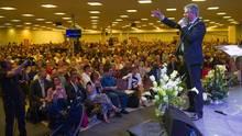Viele hundert Menschen hören Pastor Samuel Peterschmitt im Februar zu. Einige waren da offenbar schon infiziert mit Covid-19
