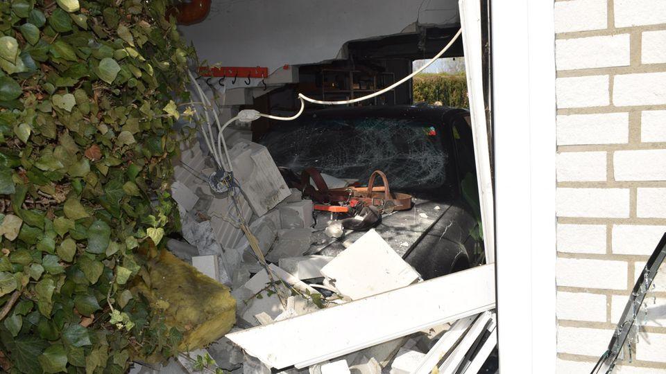 Nachrichten aus Deutschland: Ein BMW steht nach einem Unfall in einer Garage