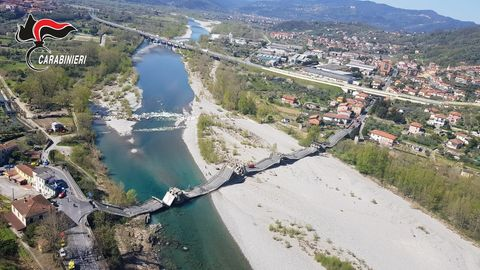 Luftaufnahme zeigt die eingestürzte Brücke über einem Fluss zwischen La Spezia und Massa Carrara