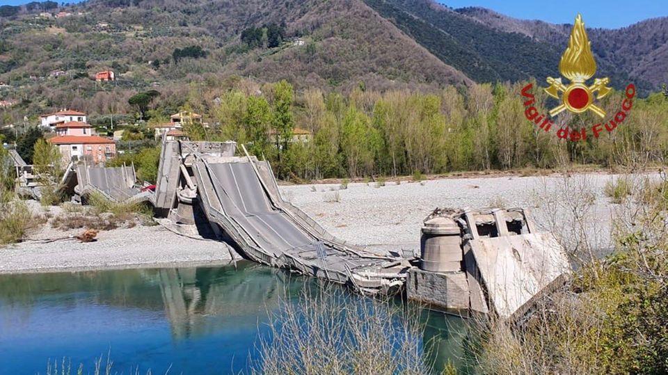 Eine Nahaufnahme der eingestürzten Brücke, zur Verfügung bestellt von der italienischen Feuerwehr.