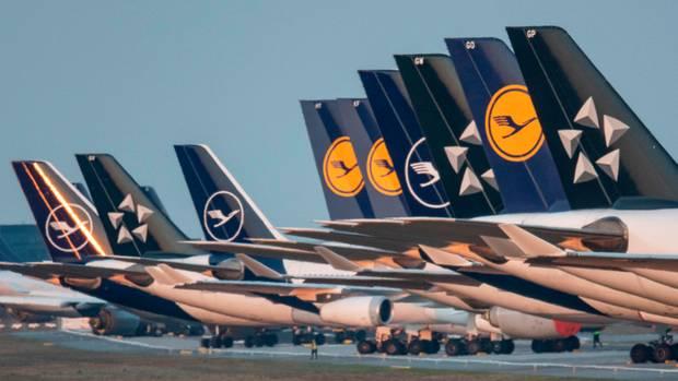 Bis auf weiteres außer Dienst gestellten Passagiermaschinen der Lufthansa sind auf der Landebahn Nordwest am Flughafen geparkt