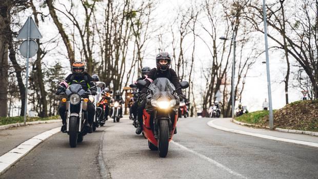 Eine Gruppe von Motorradfahrern bei gutem Wetter