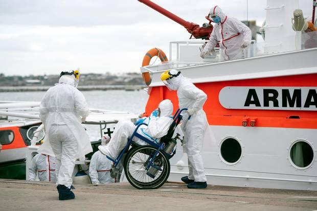 """Ein erkankter Passagier des australischen Kreuzfahrtschiffs """"Greg Mortimer"""" wird mit einem Seenotrettungskreuzer vorab in ein Krankenhaus von Montevideo abtransportiert."""
