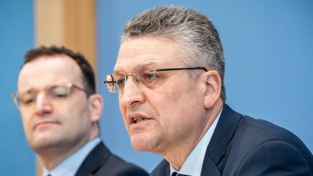 Lothar H. Wieler (r), Präsident des Robert Koch-Instituts, spricht neben Jens Spahn (CDU), Bundesminister für Gesundheit