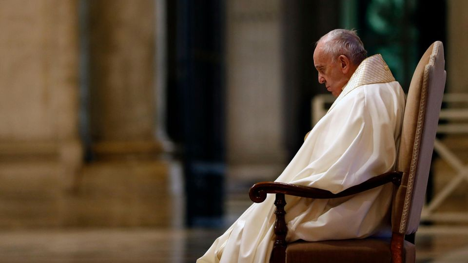 Papst Franziskus am Eingang des Petersdoms im Vatikan
