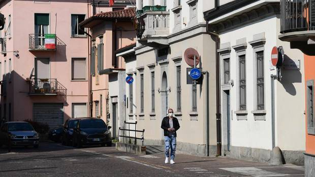 Ein Mann ist in Treviolo nahe Bergamo auf der Straße unterwegs