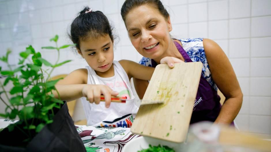 DieSarah Wiener Stiftung führtKinderund Jugendliche ans Kochen heran.