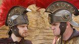 Römische Soldaten kämpfen und reißen das Publikum mit. Viele der meist ergrauten Besucher mit Hörgeräten haben in Rollstühlen Platz genommen.