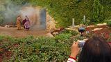 Schon nach fünf Minuten folgt in Orlando der Ostersonntag: Aus dem Grab dringen Donner und Rauch. Mutter Maria und die Jüngerin Maria Magdalena entdecken den weggerollten Stein.