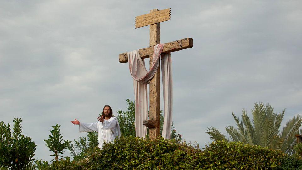 Gerade noch am Kreuz und jetzt er davor, lebendig: Im weißem Gewand erscheint Jesus auf dem Hügel über den Jüngern und verkündet seine Botschaft.