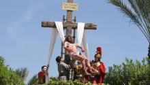 Es folgt die Kreuzigung:Alle Farbbeutel sind im Bibelabenteuerpark Holy Land Experience geplatzt. Vom Hügel Golgata geht es weiter zur nächsten Station des Kreuzweges.