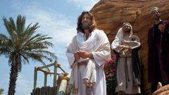 Begegnung mit biblischer Gestalt: Ein Jesus, wie er im Buche steht, aus Fleisch und Blut mit schulterlangem Haar.