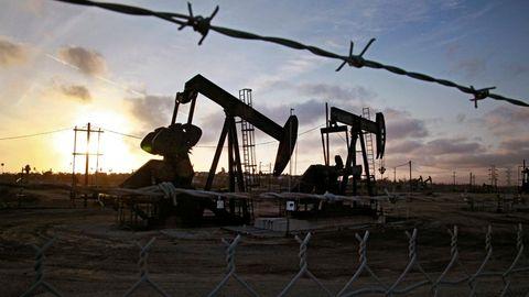 Die Sonne geht jenseits der auf den Ölfeldern von Inglewood operierenden Tiefpumpen unter