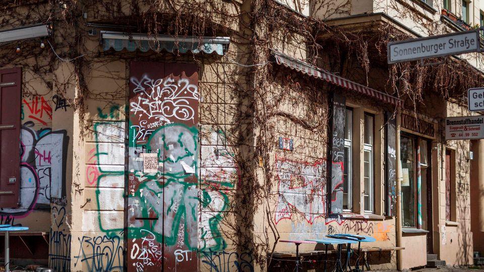 Der geschlossene Eingang und leere Tische vor der Gaststätte «Kohlenquelle» im Stadtteil Prenzlauer Berlin. Bars und Kneipen müssen aktuell geschlossen bleiben und bangen in der Corona-Krise um ihre Existenz