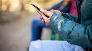 Frau mit Handy als Symbolfoto für Nachrichten aus Deutschland