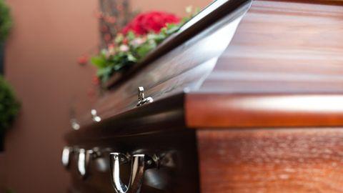Ein Sarg bei einer Beerdigung