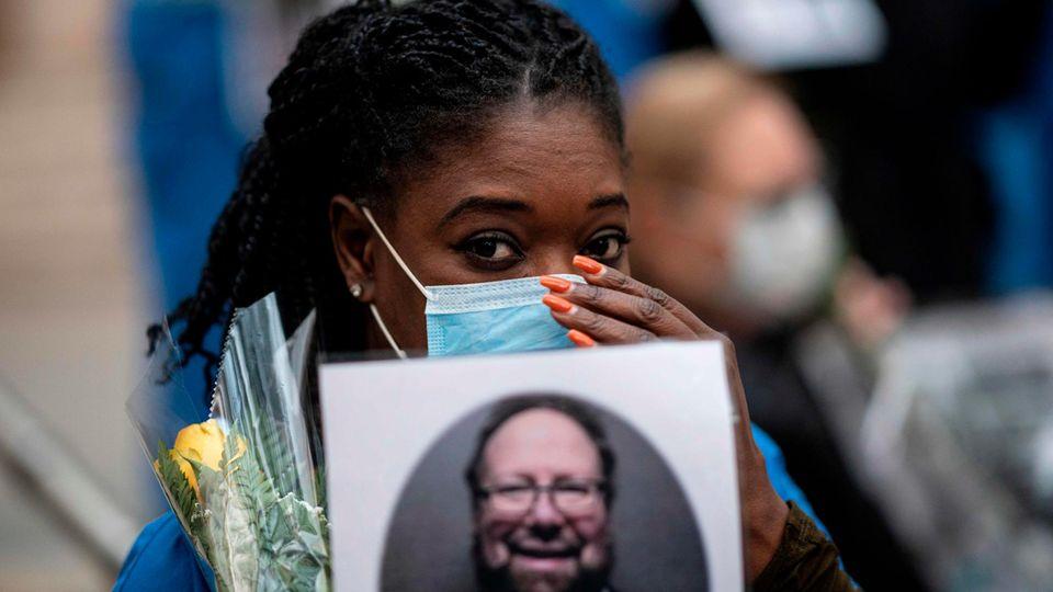 Hoffnungsfunke inmitten des Chaos: New Yorker Ärzte und Pfleger halten bewegende Nachtwache für verstorbene Kollegen ab