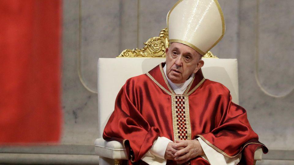 Papst Franziskus während der Messe am Karfreitag im Petersdom